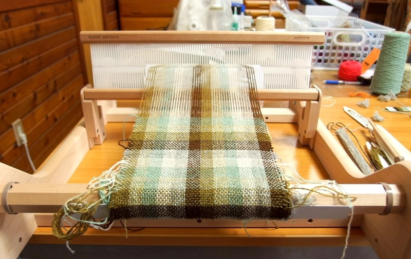 weaving process on rigid heddle loom